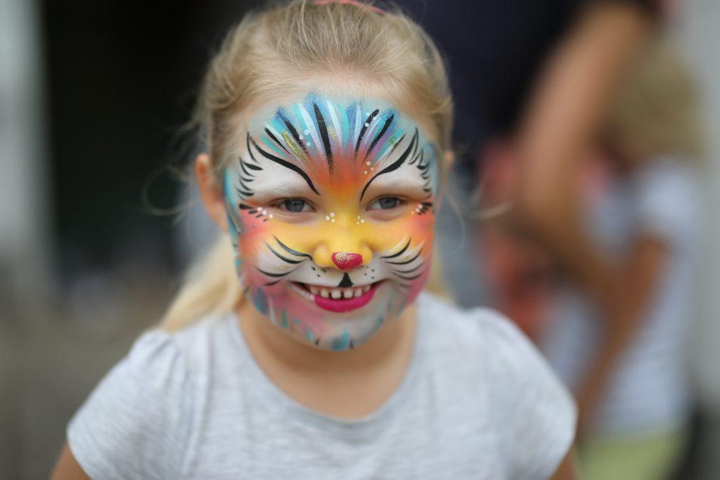 Kleines Mädchen mit geschminktem Gesicht