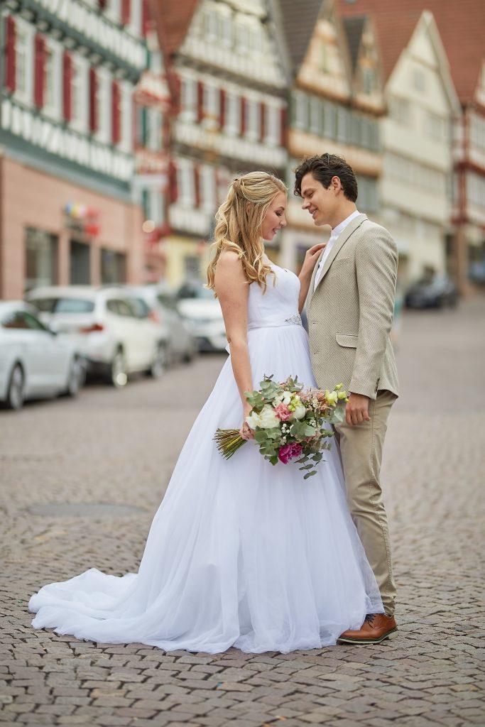 Junges Brautpaar mit Brautstrauß