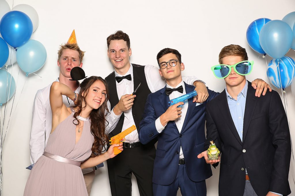 Gruppenbild Abiball mit Requisiten