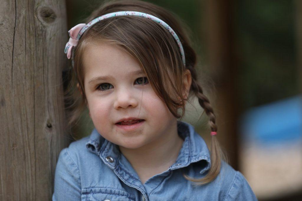Kleines Mädchen mit Haarreif