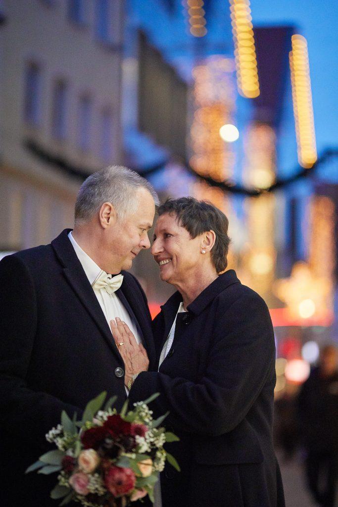 Älteres Brautpaar mit Brautstrauß