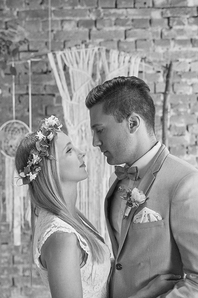 Braut und Bräutigam in Schwarz-Weiß
